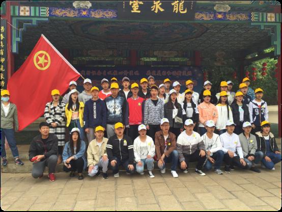 """我校志愿者参加黑龙潭社区""""践行社会主义核心价值观,共筑美好和"""